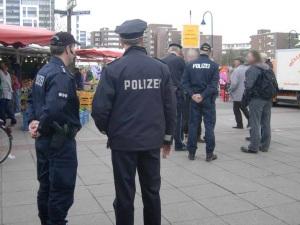 Polizei bedrängt Plakatträger
