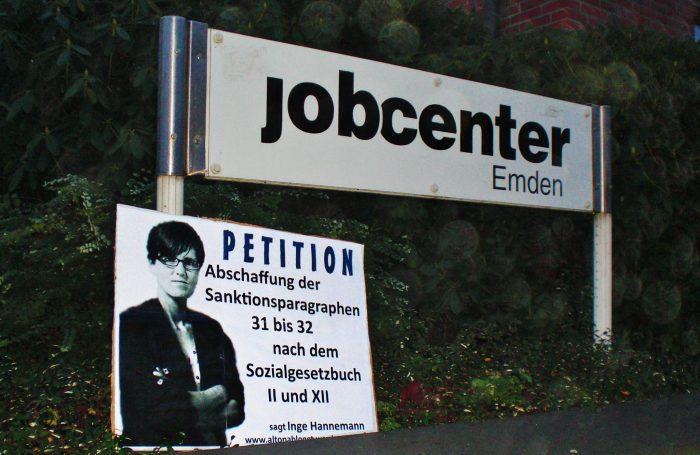 Plakat vor Jobcenter Emden