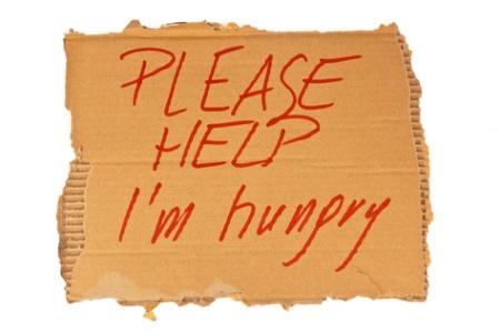 Schild eines Obdachlosen